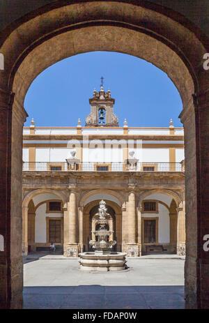 Espagne, Andalousie, province de Séville, Séville, cour au rectorat de l'Université de Séville Banque D'Images