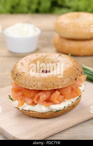 Pour le petit-déjeuner Bagel avec fromage à la crème et saumon Banque D'Images