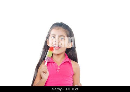 1 personne seulement manger de la crème glacée délicieuse fille enfant rire montrant smiling standing Banque D'Images