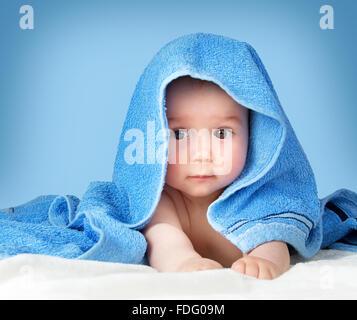 Mignon bébé dans une serviette Banque D'Images