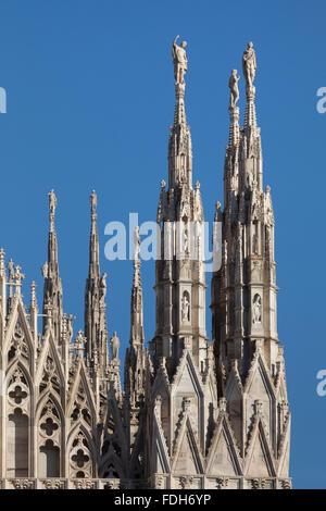 En statues de saints sur les flèches de la cathédrale de Milan (Duomo di Milano) à Milan, Lombardie, Italie. Banque D'Images