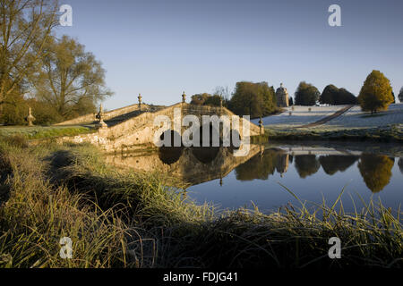 Le pont d'Oxford sur un jour froid à Stowe paysage de jardins, dans le Buckinghamshire. Banque D'Images