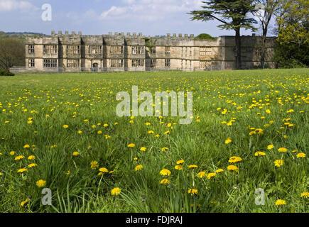 Vue sur une prairie de fleurs sauvages vers le Hall, construit entre 1603 et 1620, avec des modifications à la fois dans les 18e et 19e siècles, à The Green Lawns, Newcastle upon Tyne. George Bowes a hérité de la succession en 1722 et les motifs paysagers autour de Gibside Hall.