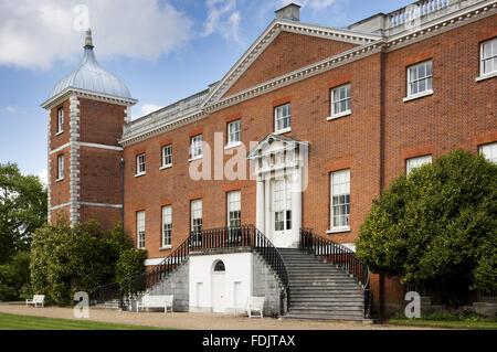 L'ouest ou le jardin avant de la maison avec des escaliers à Osterley, Middlesex. La maison était à l'origine de la période élisabéthaine, et rénové en 1760 - 80 par Robert Adam.
