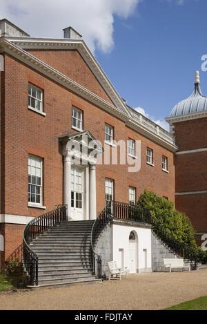 Fermer la vue de l'ouest ou le jardin avant de la maison avec des escaliers à Osterley, Middlesex. La maison était à l'origine de la période élisabéthaine, et rénové en 1760 - 80 par Robert Adam.