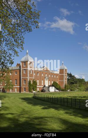 Vue oblique de l'ouest ou le jardin avant de la maison avec des escaliers à Osterley, Middlesex. La maison était à l'origine de la période élisabéthaine, et rénové en 1760 - 80 par Robert Adam.