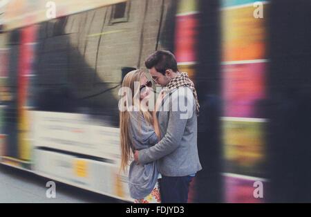 Couple à la gare, Séville, Espagne Banque D'Images