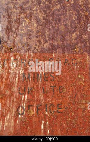 Lettrage au pochoir sur métal rouillé à vigueur Crag Mine, Borrowdale, Lake District, Cumbria. Crag force de travail était la dernière mine de métaux dans le district du lac jusqu'à sa fermeture en 1991, le tri de plomb, de zinc et de barytine du rocher. Il s'agit d'un service Ancien