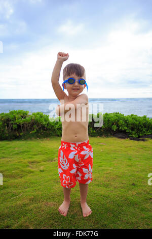Garçon portant des caleçons de natation et des lunettes à la plage, Oahu, Hawaii, États-Unis Banque D'Images