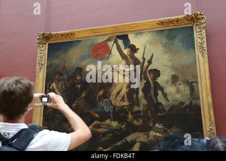 L'intérieur Tourisme Musée du Louvre. La liberté guidant le peuple, 1831. Par Eugène Delacroix. Paris. Banque D'Images