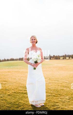 Mariée pendant la session portrait mariée à un mariage dans le centre de l'Oregon. Banque D'Images