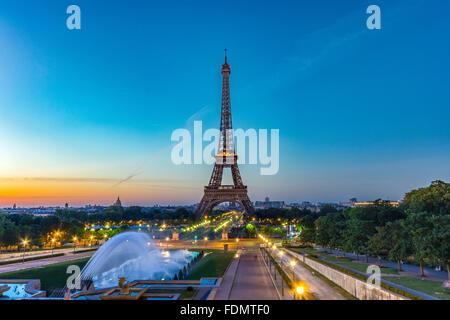 La Tour Eiffel au lever du soleil vu de: esplanade du Trocadéro à Paris. Banque D'Images