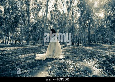 Effrayant femme dans le bois Banque D'Images