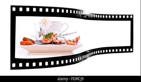 Assiette de saumon fumé et gambas à la tomate séchées au soleil de film Banque D'Images