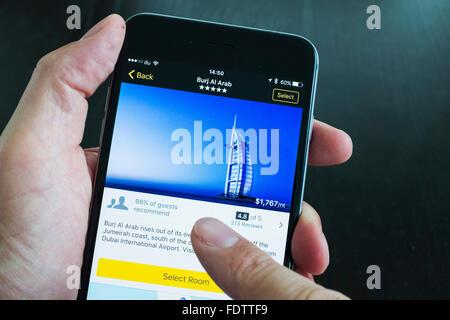 Burj Al Arab hotel de luxe sur Expedia voyages site app sur l'iPhone 6 Plus smart phone Banque D'Images