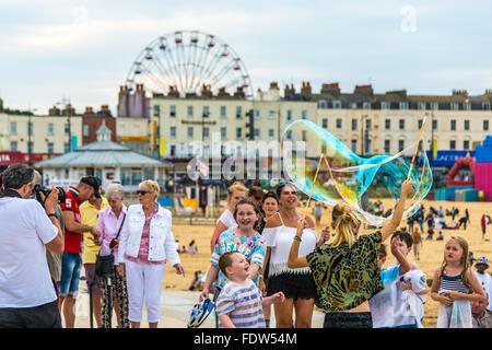 Faire des bulles sur la promenade de bord de mer de Margate, Kent, Angleterre du Sud-Est, Royaume-Uni Banque D'Images