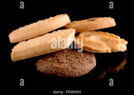 Cookies beurre isolé sur fond noir. Libre. Banque D'Images