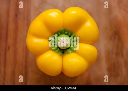 Poivron jaune (Capsicum annuum) sur planche en bois au-dessus du modèle libération: N° des biens: Non. Banque D'Images
