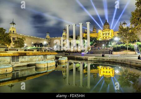 Bâtiment de musée de Catalogne reflétant dans l'eau de fontaine, Barcelone, Espagne Banque D'Images