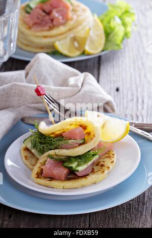 Scandinavian galettes de pommes de terre avec le saumon, l'aneth et concombre Banque D'Images