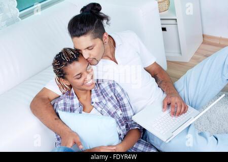 Couple de passer du temps ensemble à la maison Banque D'Images