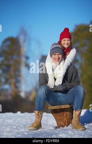 Jeune couple week-end d'hiver dans le parc de dépenses Banque D'Images