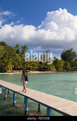 Woman walking on Jetty, Hauru Point, Mo'orea, îles de la société, Polynésie Française Banque D'Images