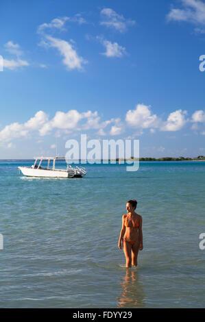 Woman on beach at Hauru Point, Mo'orea, îles de la société, Polynésie française (MR) Banque D'Images