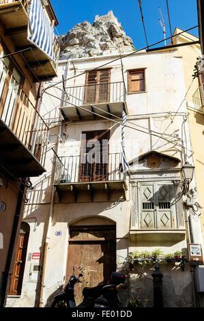 Maison de ville dans le quartier résidentiel de la ville de Cefalù et commune de la Province de Palerme, Sicile, Italie Banque D'Images