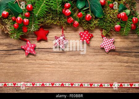 Noël arrière-plan avec moss, sapin, hypericum, gingerbread cookies et des étoiles. Copier l'espace. Banque D'Images