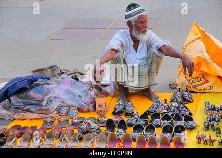 Vente local homme chaussons au marché par Man Sagar Lake à Jaipur, Rajasthan, Inde. Banque D'Images