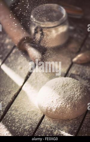 Des pâte sur une table de ferme.