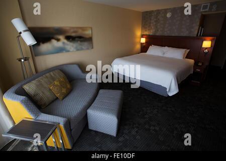 Dans la chambre d'hôtel Courtyard Marriott à Halifax, au Canada. La chambre dispose d''un lit king-size et un canapé. Banque D'Images