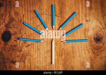 Étant concept différent, entouré par l'adversité, à en juger l'intrus, crayons de bois sur 24