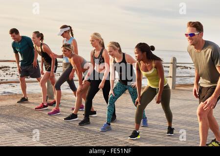 Les coureurs de marathon en tenant la position pour le début de course. Les jeunes sur le point de commencer une Banque D'Images