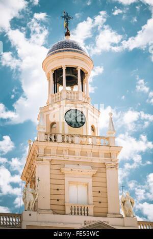 Ancien hôtel de ville de Cadix, Espagne. Tour de l'horloge sur le fond bleu ciel nuageux.