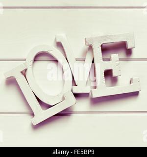 Trois dimensions blanc lettres formant le mot amour, sur un fond blanc, avec un effet de filtre Banque D'Images
