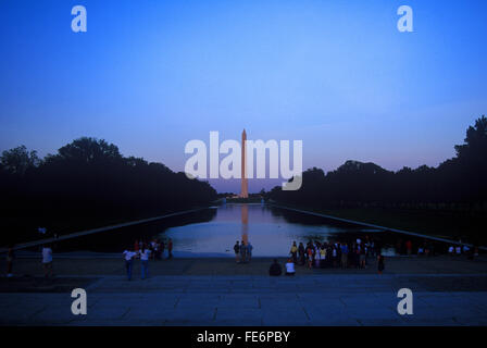 Vue éloignée sur le Washington Monument contre ciel clair au crépuscule