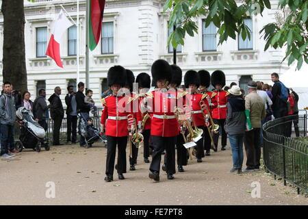 Londres - le 13 juin: british royal Coldstream Guards, la musique militaire le palais de Buckingham le 24 juin, Banque D'Images