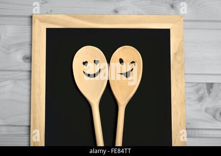 Cuillère en bois et ardoise sur table en bois Banque D'Images