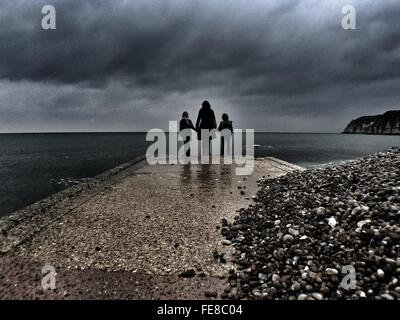 Silhouette de mère avec des enfants à la plage Littoral Banque D'Images