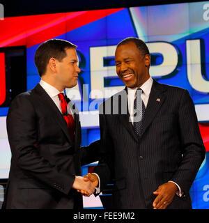LAS VEGAS - 15 DÉCEMBRE: l'ancien candidat présidentiel républicain Le Dr Ben Carson, serre la main avec le sénateur républicain Marco Rubio à CNN débat présidentiel au monde, le 15 décembre 2015, Las Vegas, Nevada