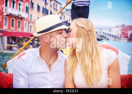 Portrait of happy couple amoureux en lune de miel romantique, s'embrasser sur une gondole, vacances en Italie, profitant Banque D'Images