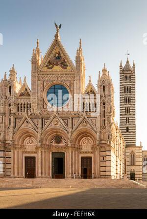 Façade principale de la cathédrale de Sienne dans la lumière du matin Banque D'Images