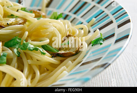 Spaghetti Aglio e olio - spaghetti à l'ail et l'huile.plat de pâtes italiennes traditionnelles, venant de Naples Banque D'Images