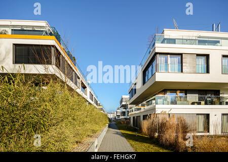 Bâtiments résidentiels modernes avec des installations extérieures, la nouvelle façade de maisons de vacances à Banque D'Images