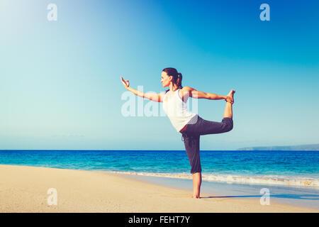 Le concept de Vie Saine, belle jeune femme s'étend la pratique du yoga sur la plage Banque D'Images