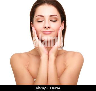 Belle femme avec spa beauté propre peau toucher son visage aux yeux clos. Modèle naturel de beauté Banque D'Images