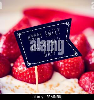 Libre d'un gâteau garni de fraises et d'une pancarte en forme de drapeau noir avec le texte happy sweet valentines Banque D'Images