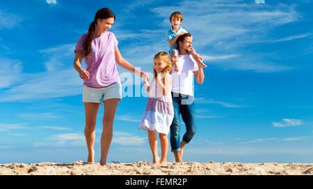 Les dépenses de la famille du temps de qualité ensemble sur la plage. Banque D'Images